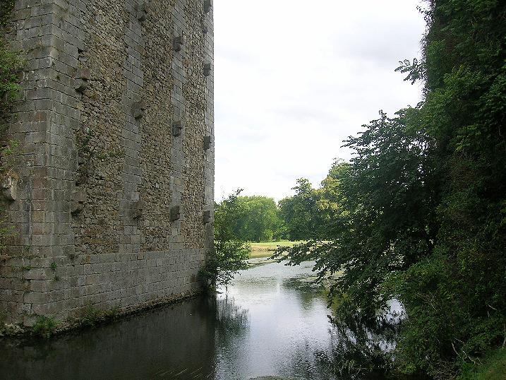 Il castello di maintenon - Su di esso si esce da una porta finestra ...