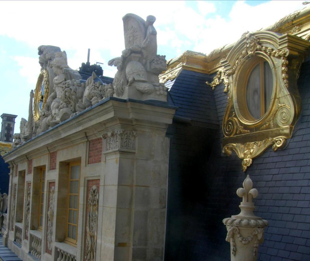 La corte di marmo versailles for Charles che arredo la reggia di versailles